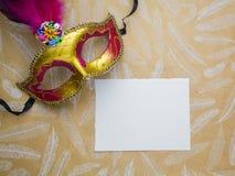 Färgrika mardigras eller carnivalemaskering på en guld- bakgrund maskerar venetian Top beskådar Arkivfoto