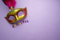 Färgrika mardigras eller carnivalemaskering på en purpurfärgad bakgrund maskerar venetian Top beskådar Arkivfoto