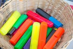 Färgrika markörer i en korg Arkivfoton