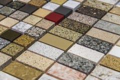 Färgrika marmor- och granitkökworktops Fotografering för Bildbyråer