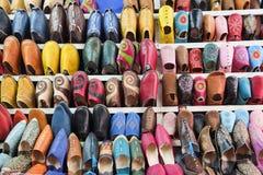 Färgrika marockanska skor på Marrakech souk marknadsför, Marocko arkivfoto