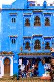 Färgrika marockanska tyger och handgjorda souvenir på gatan i den blåa staden Chefchaouen, Marocko, Afrika royaltyfri bild