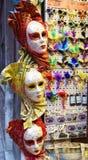 Färgrika maskeringar i Venedig Italien Arkivbilder