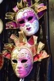 Färgrika maskeringar i Venedig Italien Arkivfoto