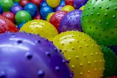 Färgrika massor av stor gropig plast- luft klumpa ihop sig arkivbild