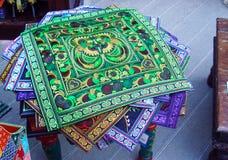 Färgrika mattor med den nationella indiska prydnaden i gatan shoppar arkivbilder
