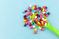 Färgrika medicinkapslar Royaltyfri Foto