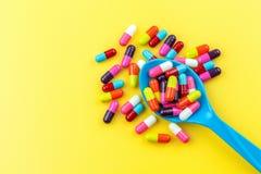 Färgrika medicinkapslar Royaltyfria Foton