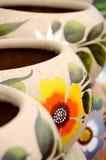 Färgrika mexicanska keramiska krukar i gammal by Arkivfoto