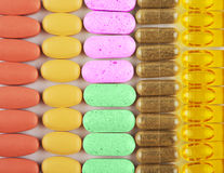 Färgrika minnestavlor och vitaminer Fotografering för Bildbyråer