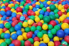 Färgrika mjuka rubber bollar (bollar) för barnen torkar pölen Arkivbild