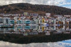 Färgrika moderna byggnader på den Krohnviken hamnplatsen, Bergen, Norge arkivbild