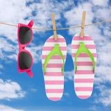 Färgrika moderna Flip Flops med rosa solglasögon som hänger på klädstreck framförande 3d royaltyfri illustrationer