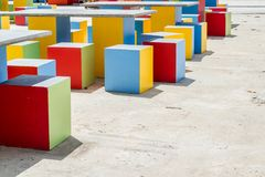 Färgrika moderna stolar och tabeller som göras från cement fotografering för bildbyråer