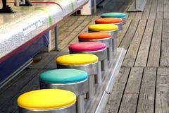 färgrika modiga stolar Royaltyfri Foto