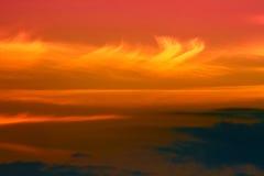Färgrika moln över berg arkivfoto