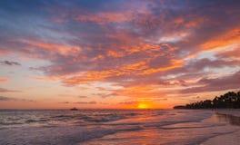 Färgrika moln i soluppgång över Atlantic Ocean royaltyfri bild