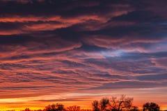 Färgrika moln och horisont Arkivbilder
