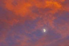 Färgrika moln och måne Royaltyfri Bild