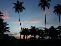 Färgrika moln och solnedgång som sett från stranden Arkivbilder