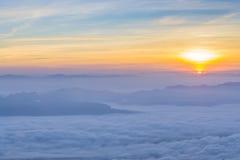 Färgrika moln på gryning Arkivbild