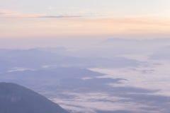 Färgrika moln på gryning Arkivfoto