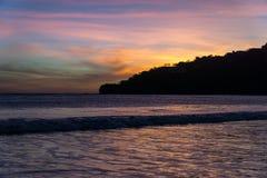 Färgrika moln på solnedgången på stranden med fartyg San Juan del sur, Nicaragua Royaltyfria Bilder