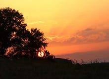Färgrika moln under en solnedgång i Tyskland royaltyfri foto