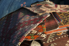 Färgrika moroccan filtar på marknad Royaltyfri Bild