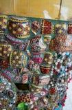 Färgrika mosaiktegelplattor och krukmakeriobjekt på Wat Pha Sorn Kaew Arkivfoto