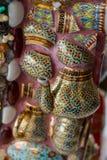 Färgrika mosaiktegelplattor och krukmakeriobjekt på Wat Pha Sorn Kaew Arkivbilder