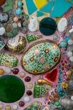 Färgrika mosaiktegelplattor och krukmakeriobjekt på Wat Pha Sorn Kaew Royaltyfria Foton