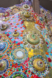 Färgrika mosaiktegelplattor och krukmakeriobjekt på Wat Pha Sorn KaewWat Phra Thart Pha Kaewin Khao Kho, Phetchabun, nord-central Royaltyfria Foton