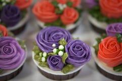 Färgrika muffin för födelsedag arkivbild
