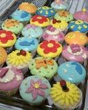 färgrika muffiner Arkivfoton
