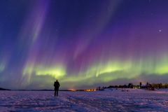 Färgrika nordliga ljus över sjön Inari, Finland royaltyfri fotografi