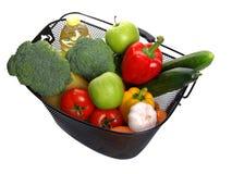färgrika nya fulla grönsaker för korg royaltyfria bilder