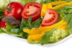 Färgrika nya grönsaker på en plätera Arkivfoto