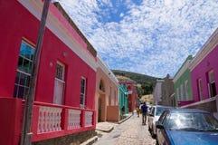 Färgrika och ljusa hus av Bo-Kaap, Cape Town royaltyfria bilder