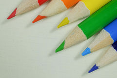 Färgrika och vässade konstnärblyertspennor i regnbåge färgar Fotografering för Bildbyråer