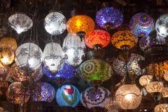 Färgrika orientaliska lampor på marknaden Royaltyfria Bilder