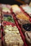 Färgrika orientaliska sötsaker i korgar Royaltyfri Bild