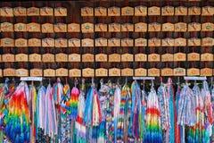 Färgrika origamihandicracts på en tempel i Japan royaltyfri bild