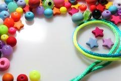Färgrika pärlor och tråd på vit bakgrund Royaltyfri Bild