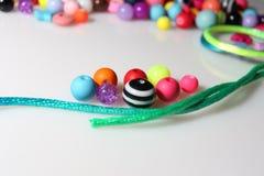 Färgrika pärlor och tråd på vit bakgrund Royaltyfria Foton