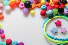 Färgrika pärlor och tråd på vit bakgrund Arkivbild