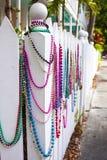 Färgrika pärlor på ett vitt staket Fotografering för Bildbyråer