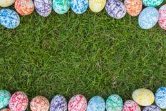 Färgrika påskägg, gräsbakgrund royaltyfri bild