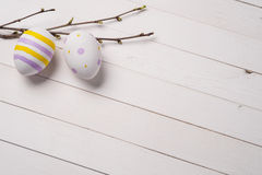 Färgrika påskägg med filialer av lilan Arkivfoto