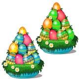 Färgrika påskägg med olika modeller som staplas i kotte på plattan med gräs och blommor Symbol för ferie vektor illustrationer